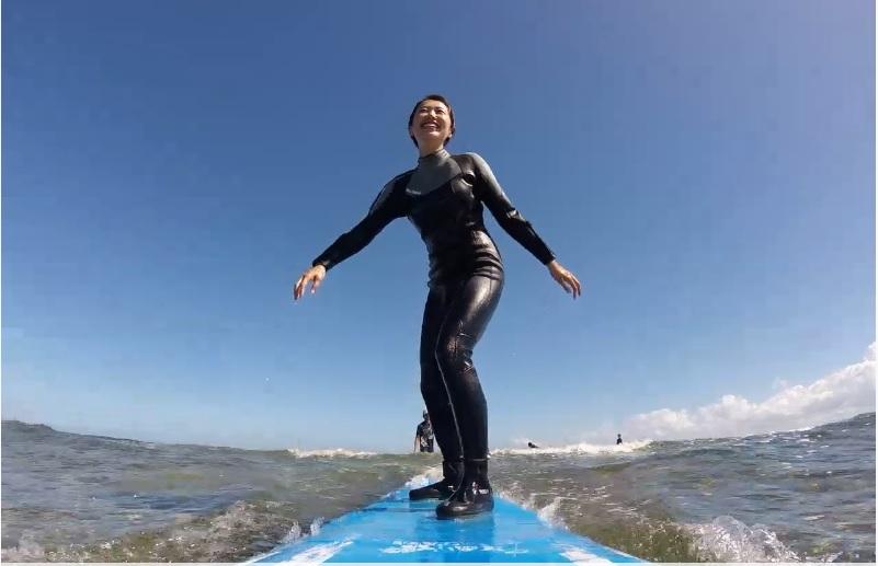 笑顔でサーフィン