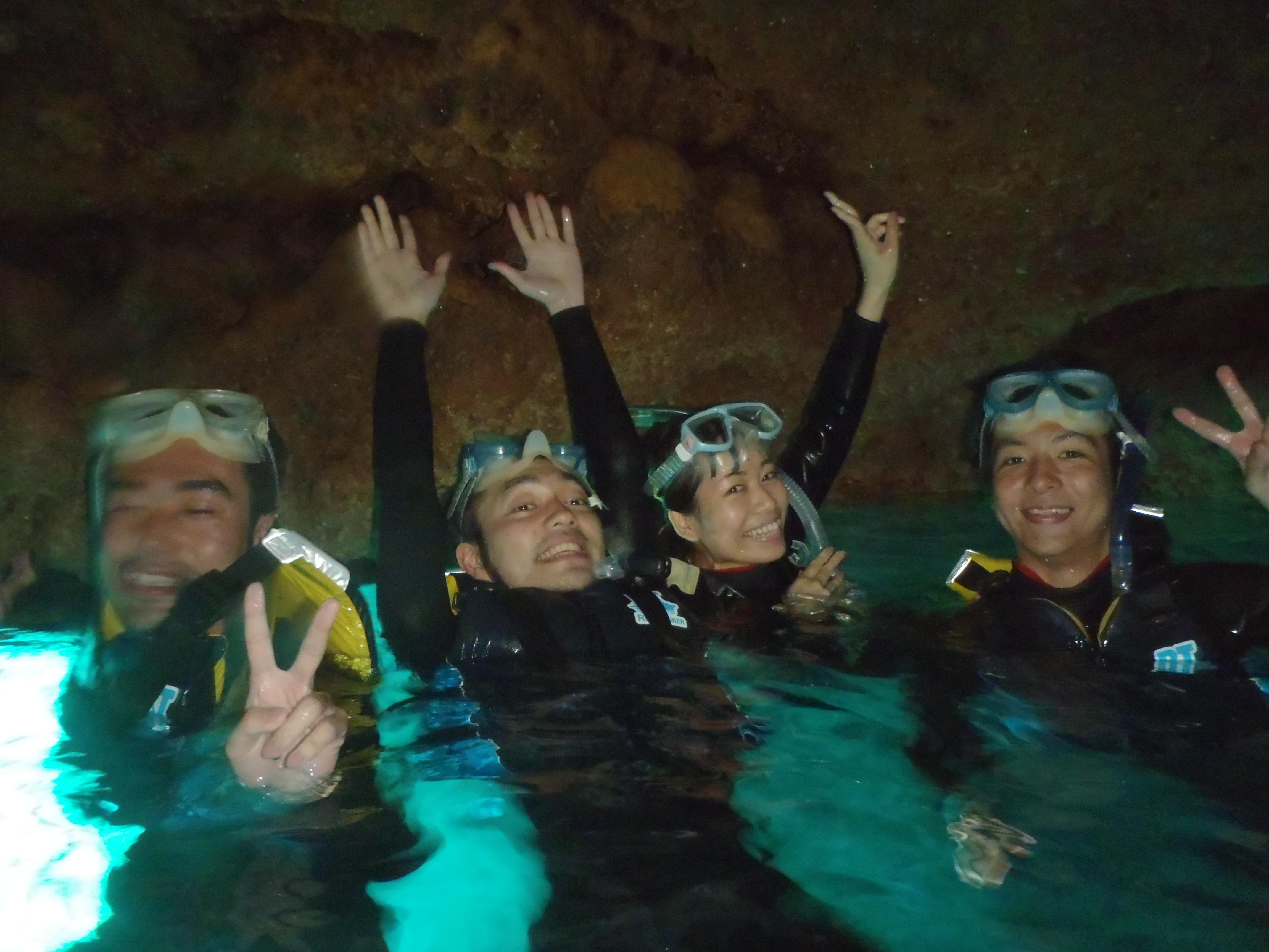 青の洞窟で記念撮影