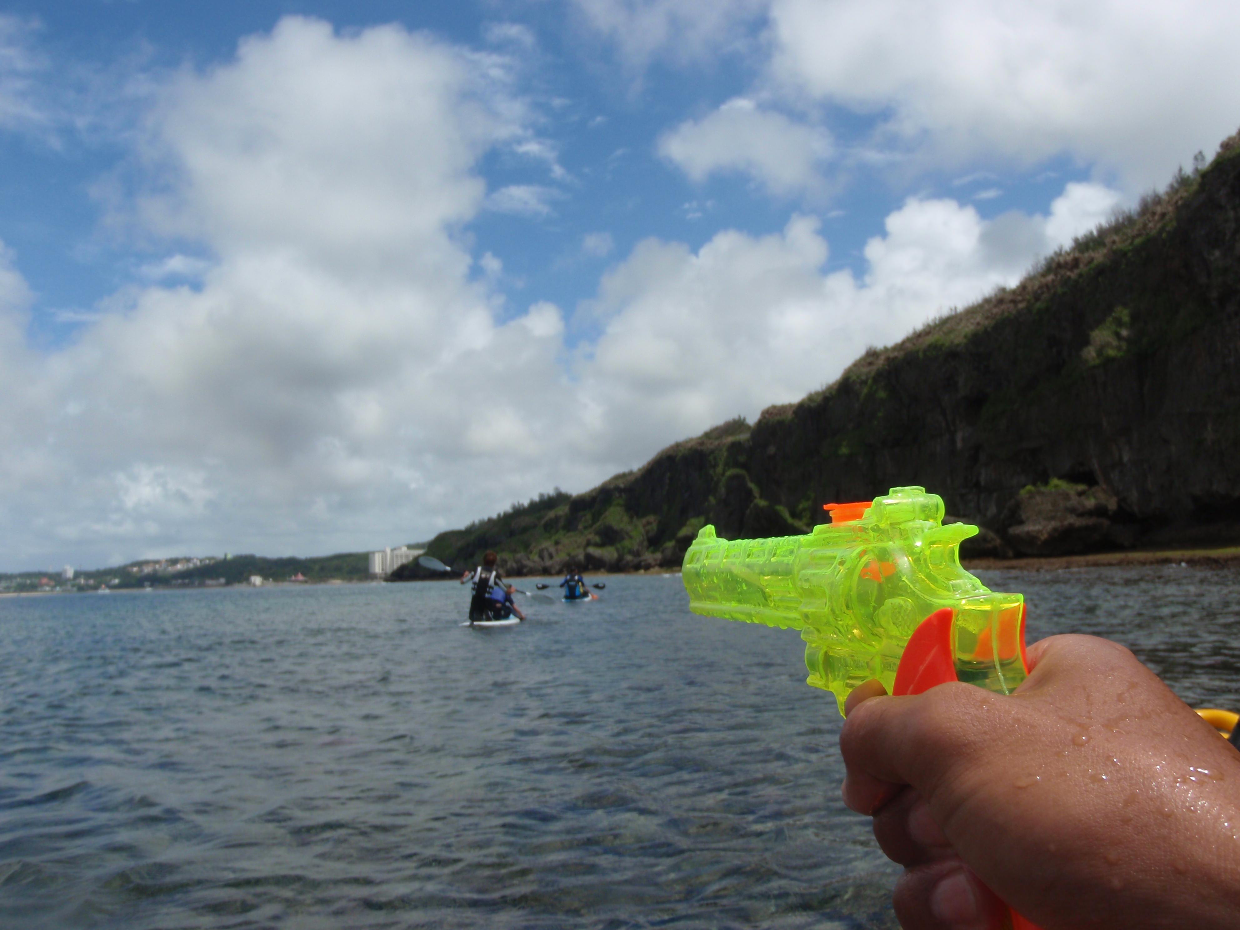 沖縄水鉄砲でも遊ぶ