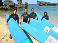 沖縄のキレイな海でサーフィンをしましょう